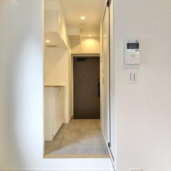 突っ張り棒とカーテンで仕切れば1Kのようにして使うことも可能です。※写真は反転間取り、別部屋のもの