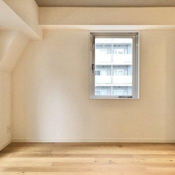小窓の下にデスクを置いたりもできますね。※写真は反転間取り、別部屋のもの