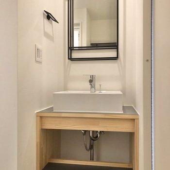 そして左側にはスタイリッシュな独立洗面台※写真は反転間取り、別部屋のもの