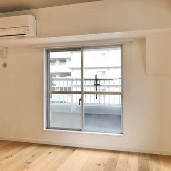 大きな窓からの光が空間を照らしてくれます。※写真は反転間取り、別部屋のもの