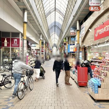 駅までの道のりには様々な飲食店が並ぶ商店街があります。