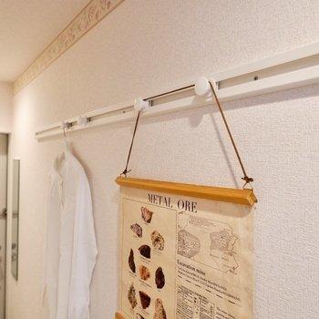 フックレールには、お気に入りの衣服や帽子、鍵などの小物を掛けると便利ですね。