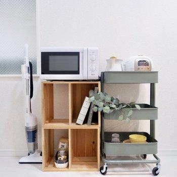 備え付けの家電は電子レンジ、電気ケトル、掃除機、炊飯器などなど。