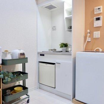 冷蔵庫付きのスマートなキッチン。