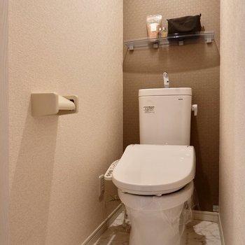 お手洗いもシックな空間で、温水洗浄便座付きです。