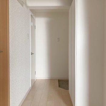 奥に玄関、向かいにトイレが。