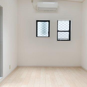 洋室から覗いてみましょう。ダブルベッドが余裕をもって置けそう。