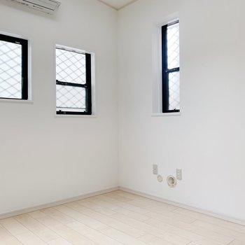 小さい窓が3つあってかわいい。あ、天井にもあるから4つか!