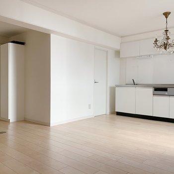 白が基調なので家具はどんなテイストでも合いそう。(※照明はサービス品です)