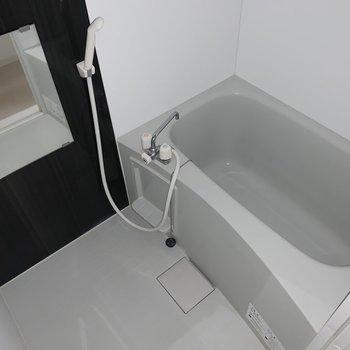 お風呂はゆったりできそうな広さでした◯(※写真はフラッシュ撮影をしています)