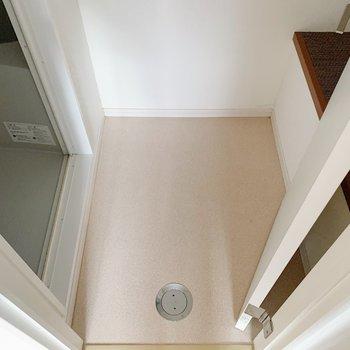 キッチンのお隣の扉は脱衣所。座れるようなスペースがありますね。
