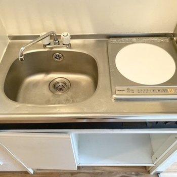 では水回りへ。キッチンはIHなので使わないときには作業台代わりにも。