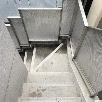 4階までは階段でのぼります…!
