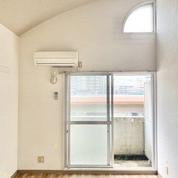 天井が高くて開放感が◯ 無垢床風のフローリングが白壁にマッチしていて素敵♪