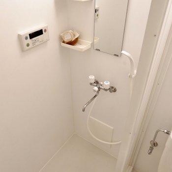 こちらはシャワールーム。ホワイトの清潔感ある空間ですね。