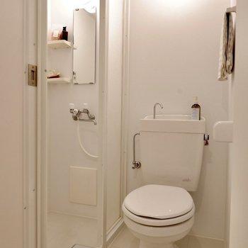 隣はトイレですが、きちんと扉で仕切られていますよ。