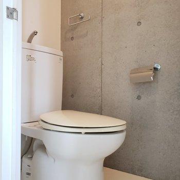 トイレもコンクリ打ちっぱなしで抜かりなく!(※写真は4階の反転間取り別部屋のものです)