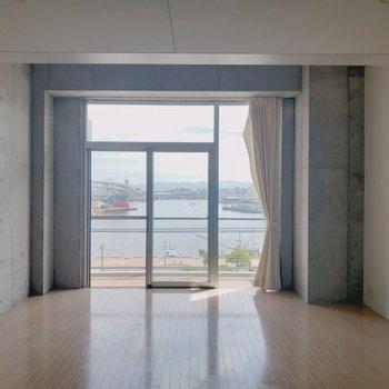 天井が高い分、窓も大きい!(※写真は4階の反転間取り別部屋のものです)