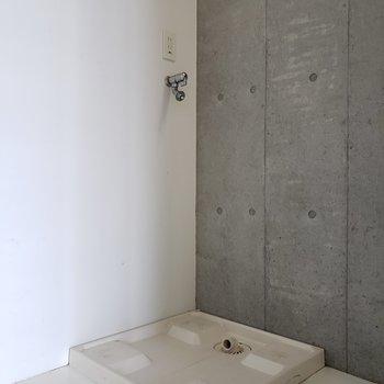 角に洗濯機置場。からの〜(※写真は4階の反転間取り別部屋のものです)