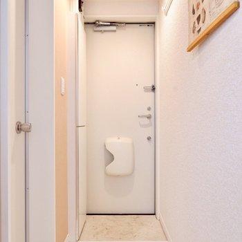 シンプルでオープンな玄関。