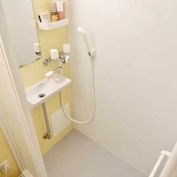 レモン色の壁材がカワイイシャワールーム。