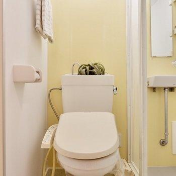 トイレは温水洗浄便座付きです。
