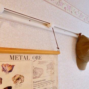 フックレールには、お気に入りのアートや帽子、鍵などの小物を掛けると便利です。