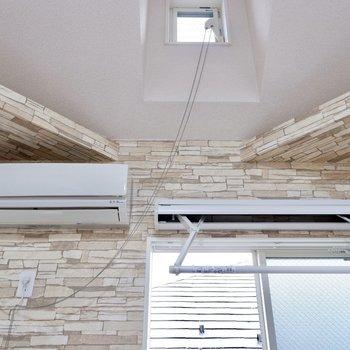 天井や梁の独特なデザインと、室内物干しなど。