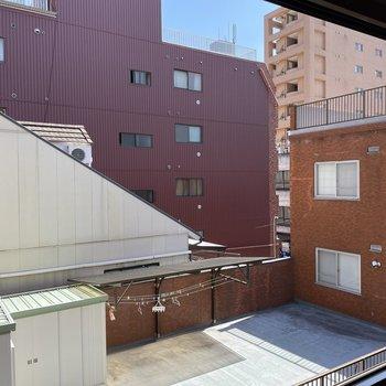 眺望は隣の屋上。目線も気にならないし丁度いいな。