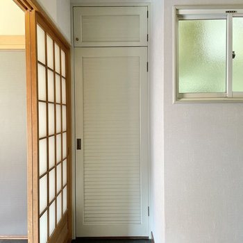 【キッチンまわり】向かい側には収納。扉が素敵。