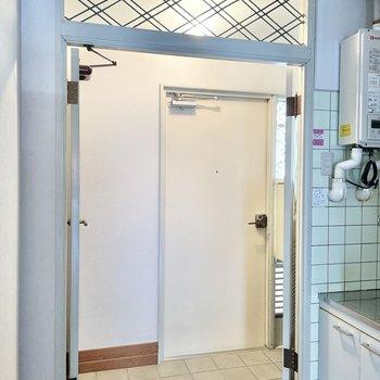 玄関は2つの扉が開くタイプ。お引越し時も楽チン!個人的に上部のデザインがお気に入り。