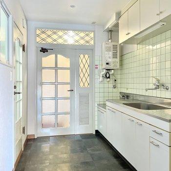 【キッチンまわり】ここは雰囲気が一変。だけれど、ホワイトベースでエレガントな印象です。