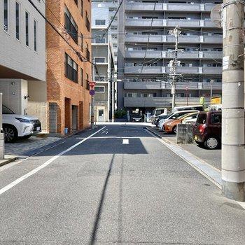 車通りが少なく静かで穏やかな通り。その先を出ると・・