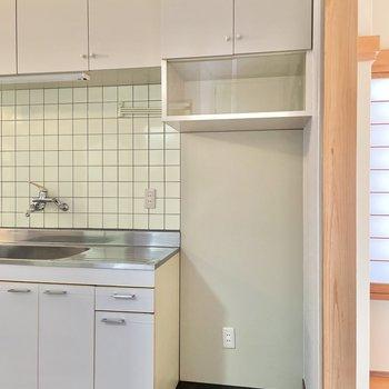 【キッチンまわり】隣には冷蔵庫などの家電製品を置けそうです。