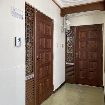 玄関扉もシックで素敵。