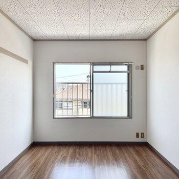 もう1部屋の洋室は個室感があります。