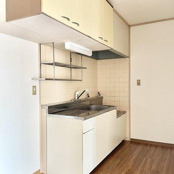 キッチンは上部に収納たくさん!