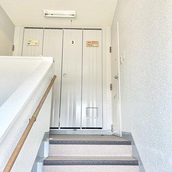 3階までは階段で…!