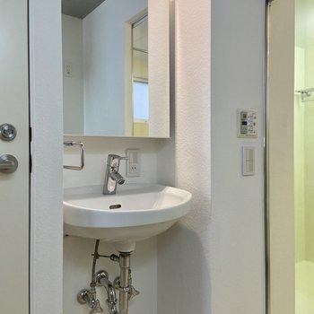 振り返ると独立洗面台。鏡の中は収納になっています。※写真は前回募集時のものです