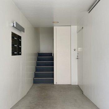 【エントランス】共用部も真っ白にコンクリート。
