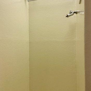 バスルームの端は洗濯機置き場兼脱衣スペースになっています。※写真は前回募集時のものです