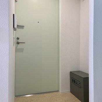 扉は淡いミントグリーン。玄関マットや置型のシューズボックスなどがあると便利です。※写真は前回募集時のものです