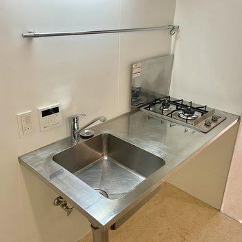 2口ガスコンロとキッチンツールを掛けられるバーがついていました。※写真は前回募集時のものです