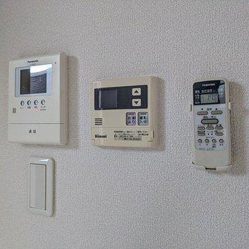 モニターホンと温度調節できる給湯のリモコンもこちらに。