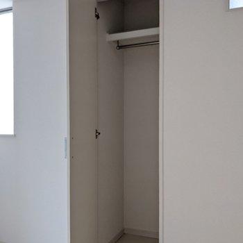 クローゼットはコンパクトサイズ。収納家具を追加するのがおすすめです。