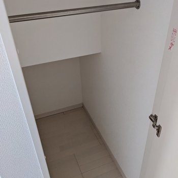 でも階段下にも収納がありますよ。