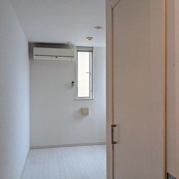 つきあたりにある洋室は4.3帖。