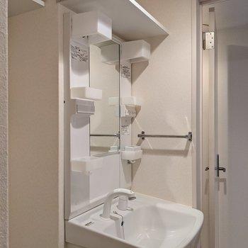 洗濯機置場と洗面台の上に棚があります。