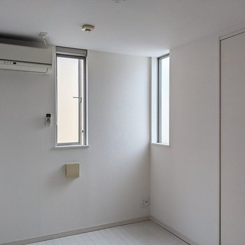 こちらも二面に窓。エアコンがあるのも嬉しいポイント。
