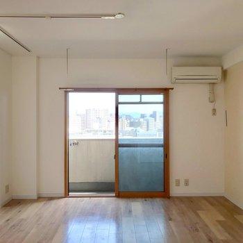 9.5帖ほどの広さ。幅があるので家具の配置も考えやすいです。